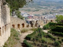Ancient walls and a hedgerow garden in the Castillo Mayor