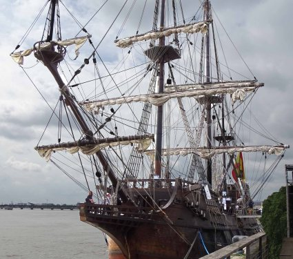 El Galeón is a Spanish galleon that appeared in Pirates of the Caribbean.