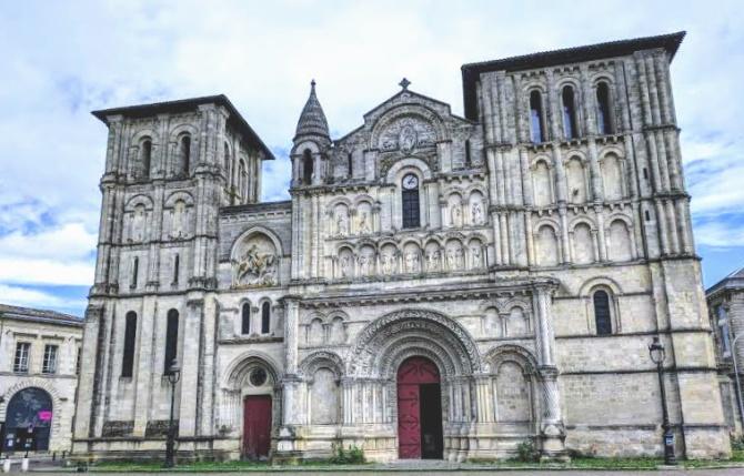 West facing facade of Église Saint-Croix